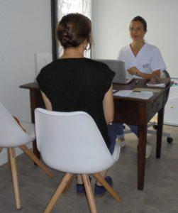 discussion dans un cabinet de réflexologie