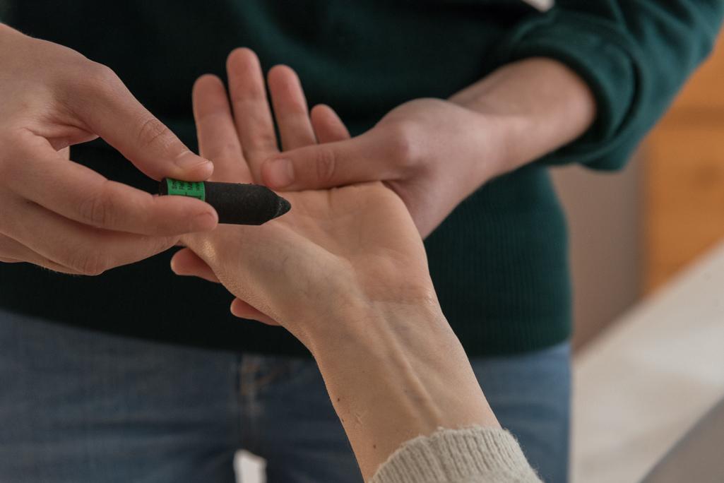 reflexologie avec moxa sur main
