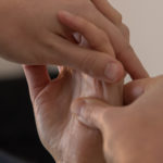 main entrelacée pour réflexologie palmaire
