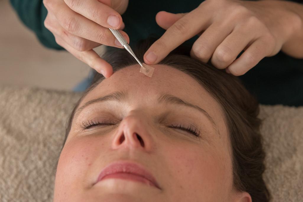 reflexologie sur le visage sur le front